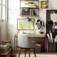 Лавочка с книгами в домашнем кабинете