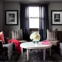 Красные подушки в серой комнате