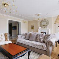 Люстры с позолотой на потолке гостиной