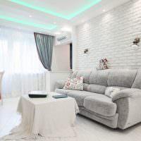 Кирпичная стена в светлой гостиной