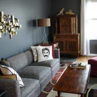 Декоративная подушка с портретом на сером диване