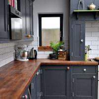 Деревянная столешница кухонного гарнитура с серыми дверками