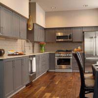 Деревянный пол в серой кухне