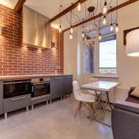 Лампочки на проводах в кухне индустриального стиля