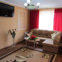 Красные занавески в небольшой гостиной