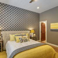 Серые обои на стенах спальной комнаты