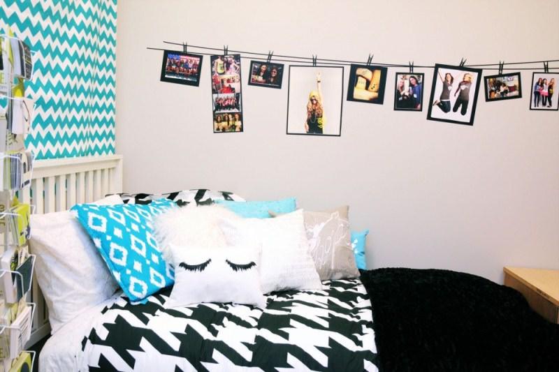 Выставка фотографий на веревке в спальне