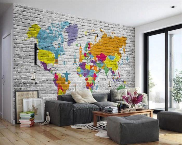 Граффити в виде карты мира на кирпичной стене гостиной