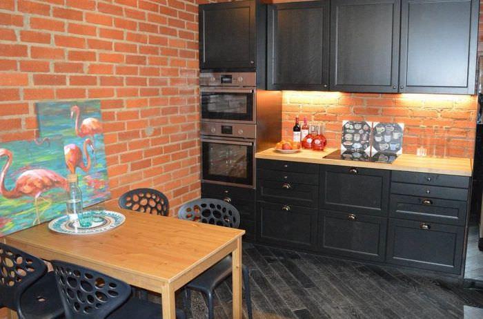 Отделка стен кухни панелями под кирпич
