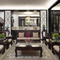 Светлая гостиная с дорогой мебелью