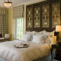 Декорирование стены спальни деревянными элементами
