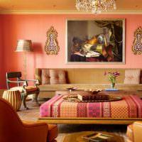 Нежно-розовая стена в гостиной загородного дома