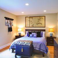 Синий сундук перед кроватью спальни в восточном стиле