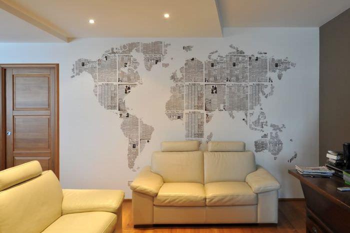 Украшение стены комнаты с помощью старых газет