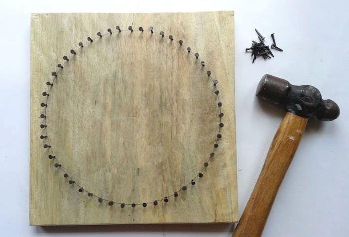 Создание картины на дощечке с помощью гвоздей и ниток
