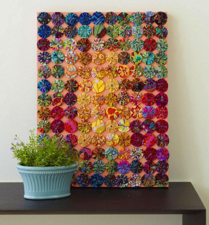 Украшение интерьера картиной из цветных пуговиц