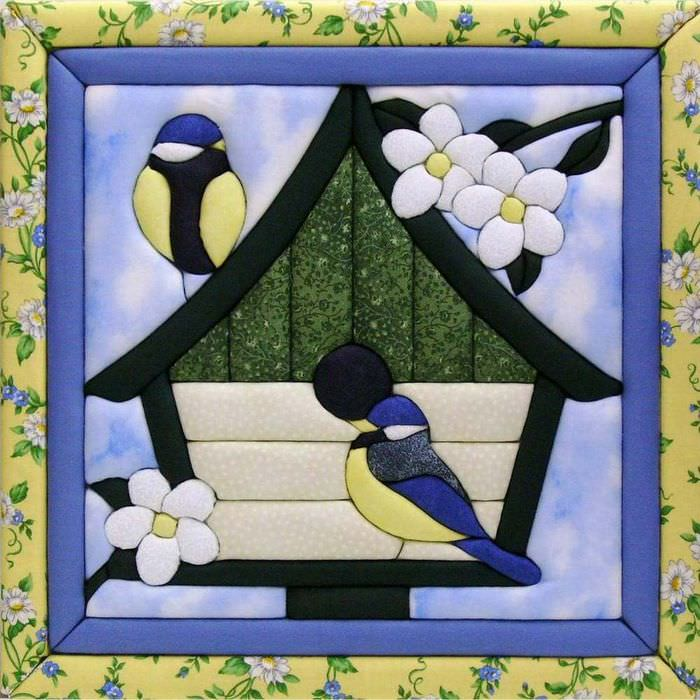 Домик для синиц на картине из ткани для детской комнаты