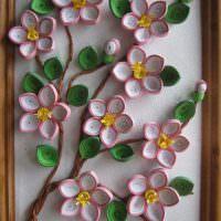 Веточка с цветами на картине в технике квиллинга