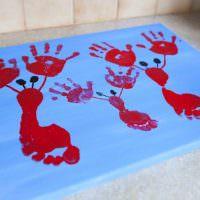 Картина с отпечатками ладоней и ступней