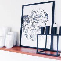 Картина с листиком в черной рамке