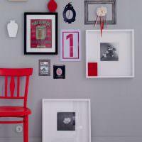 Красный стул на фоне светлой стены