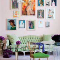 Картины с женщинами на розовой стене