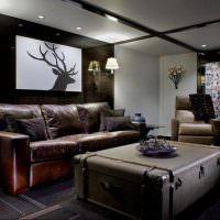Кожаный диван в гостиной загородного дома
