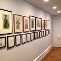 Коллекция картин на стене узкого коридора