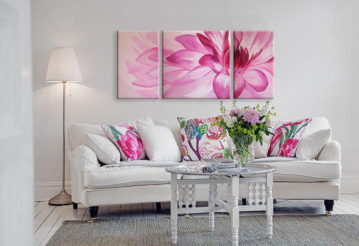 Розовый цветок на модульной картине в белой гостиной