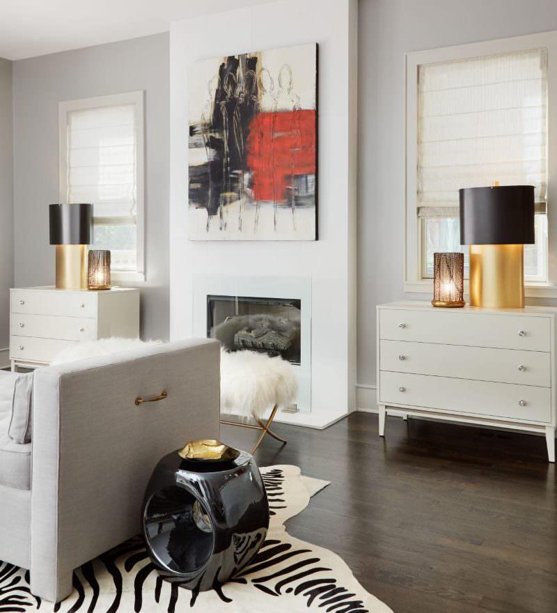 Абстракция на белой стене гостиной