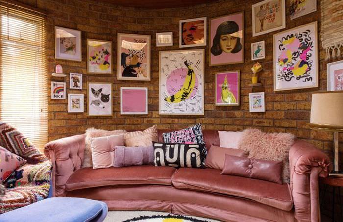 Домашняя выставка картин в гостиной загородного дома