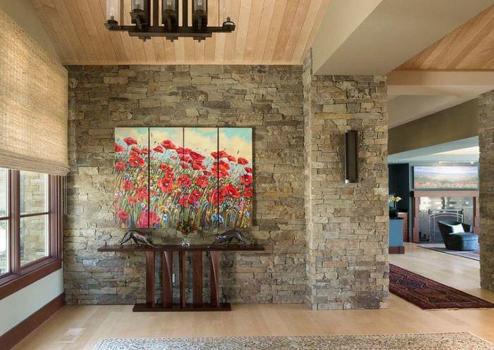 Интерьер гостиной частного дома с модульными картинами
