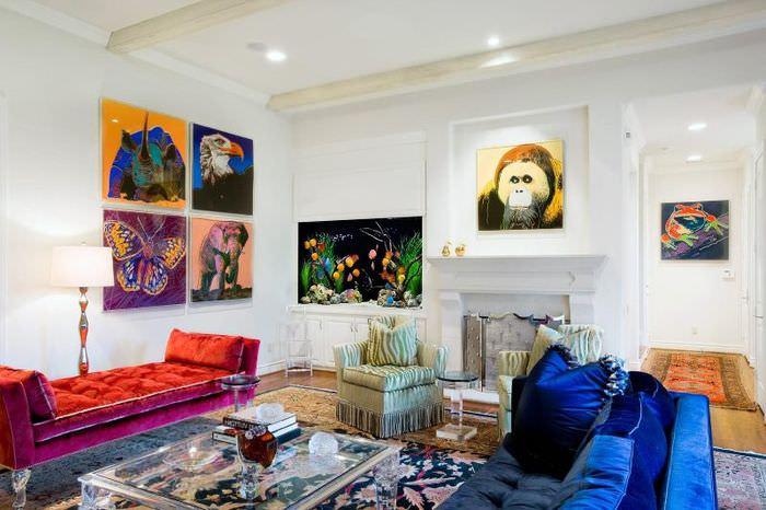 Картины на белых стенах с изображениями разных животных