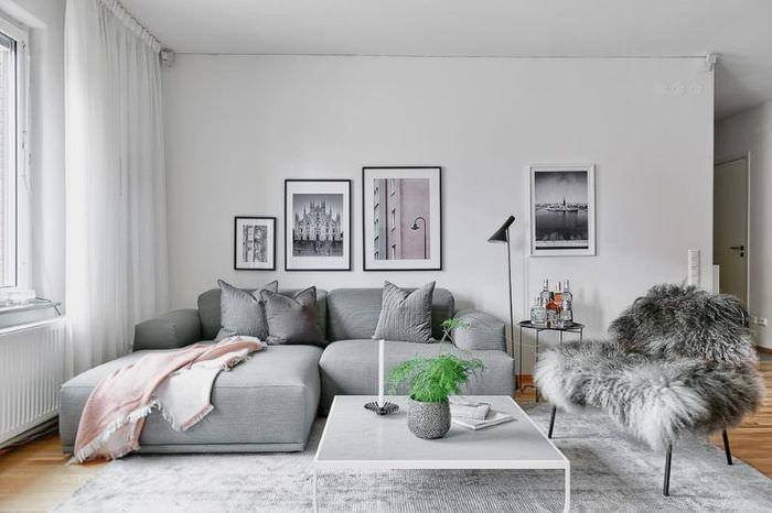 Светло-серый ковер на полу гостиной комнаты