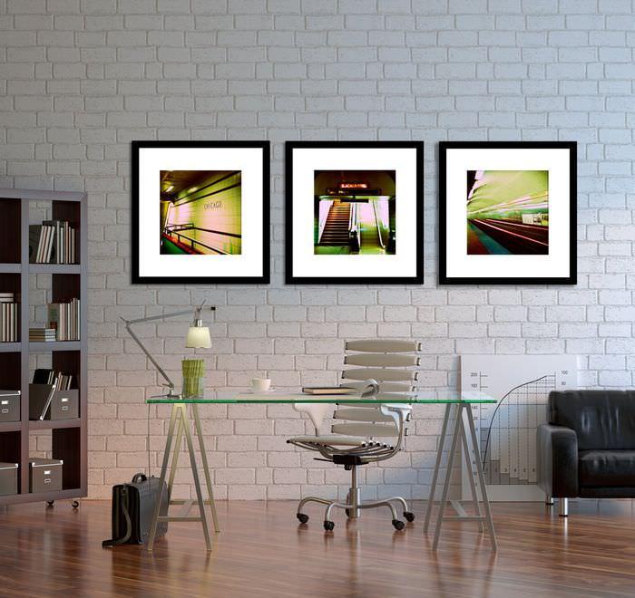 Три модульные картины на стене в офисе