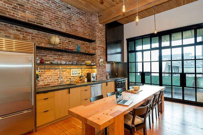 Открытые полки на кирпичной стене кухни