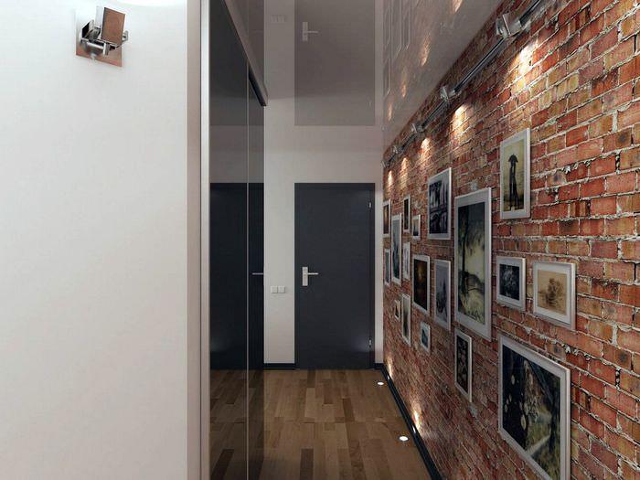 Кирпичная стена в узком коридоре