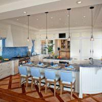 Голубая плитка на кухонном фартуке