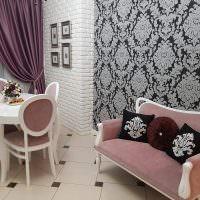 Классическая мебель на кухне с кирпичной стеной