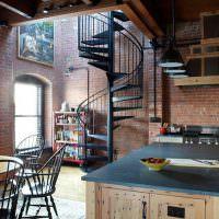 Винтовая лестница из металла черного цвета