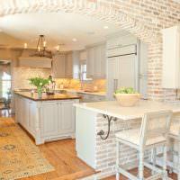 Кирпичная арка между кухней и гостиной