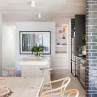 Глянцевая поверхность керамической плитки на стене кухни