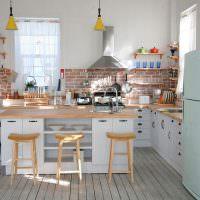 Кирпичный фартук в кухне с белыми стенами