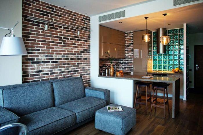 Кирпичная стена в оформлении кухни-гостиной