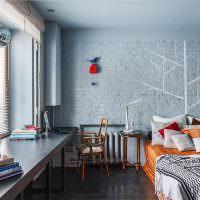 Кирпичная стена голубого цвета в спальне