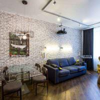 Гостиная с кирпичной стеной в квартире многоэтажного дома