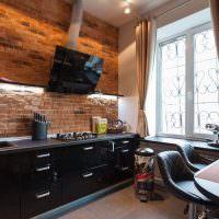 Черная мебель на кухне без верхних шкафов