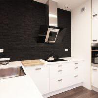 Черный кирпич в белой кухне