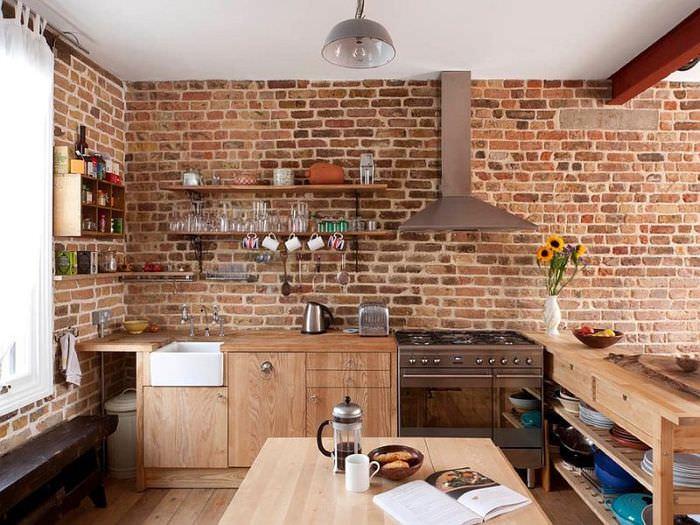 Деревянная мебель на кухне с кирпичной стеной