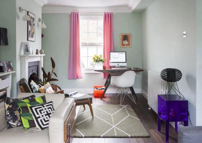 Розовые занавески в гостиной стиля китч